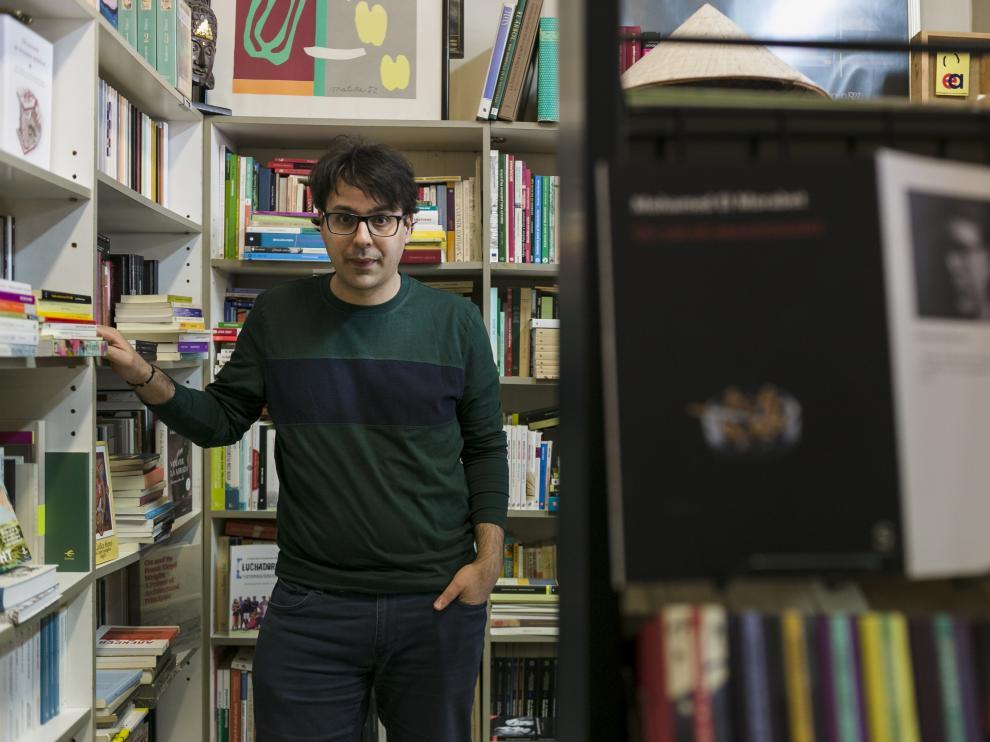 Mohamed El Morabet, en la librería Antígona, de Zaragoza.