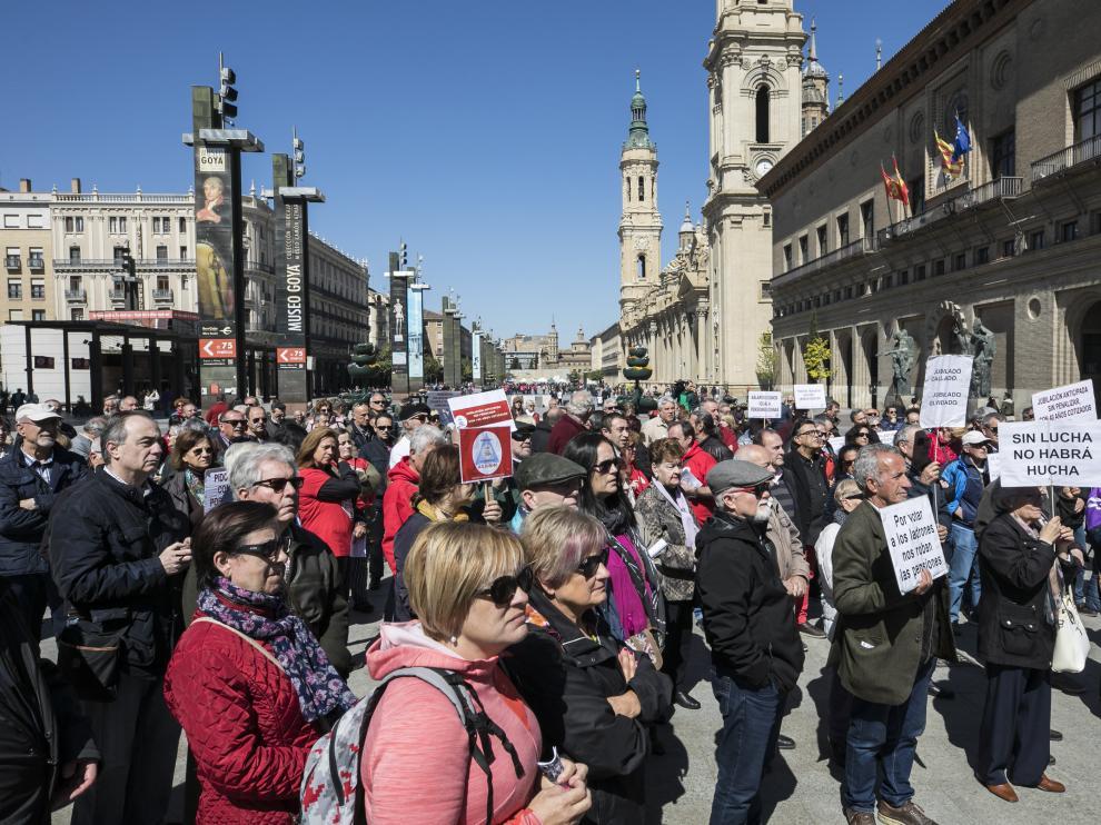 Casi un centenar de jubilados de Zaragoza se concentran en la plaza del Pilar y otros tantos se manifiestan por el centro de la capital aragonesa hasta la Plaza de España en defensa del sistema público de pensiones