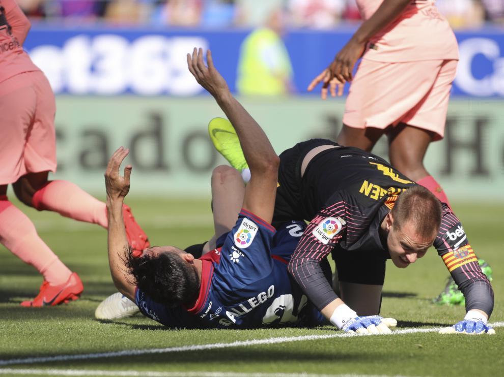 Enric Gallego ha sido desestabilizado en el área por el portero del Barcelona, Ter Stegen.