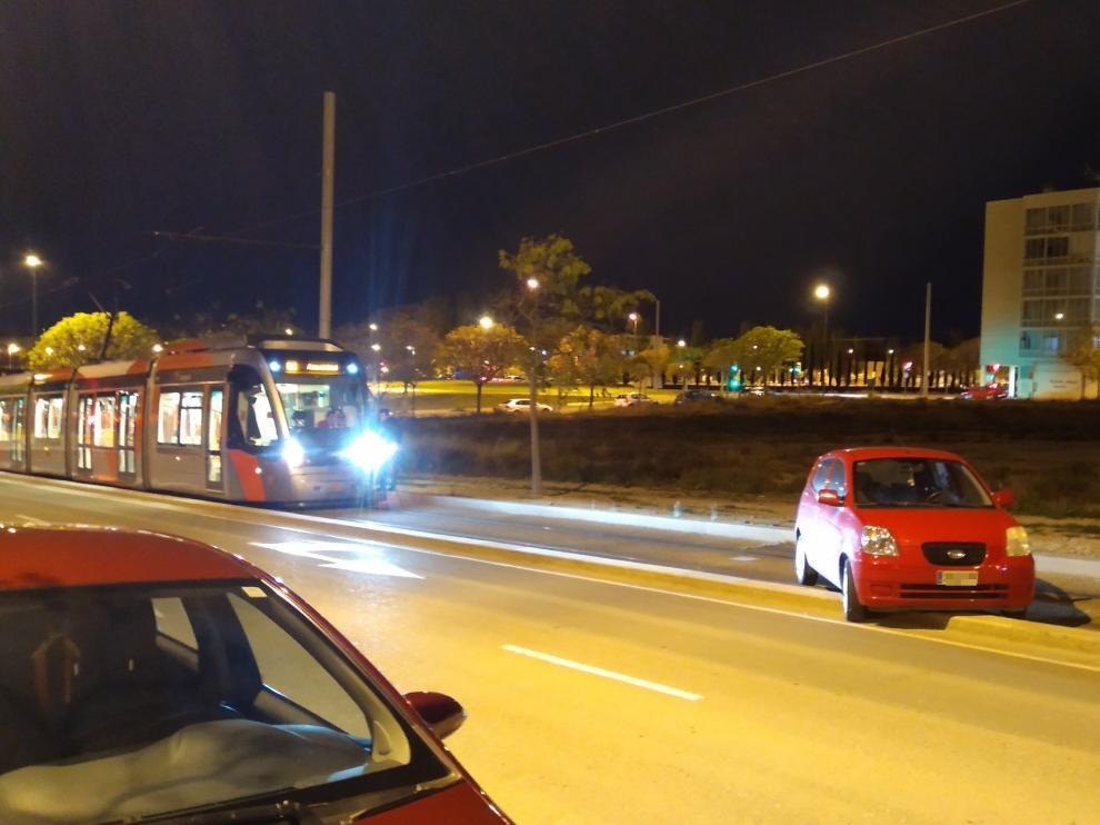 Un conductor se olvidó de poner el freno de mano al aparcar... y su coche terminó en las vías del tranvía