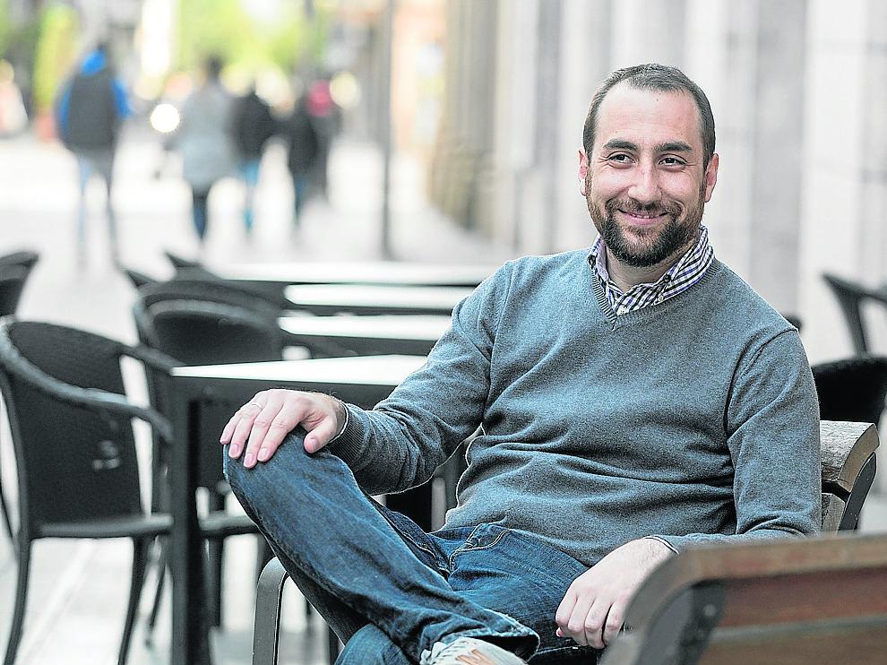 El candidato de Unidas Podemos al Congreso por Huesca, Daniel Fernández, en los Porches.