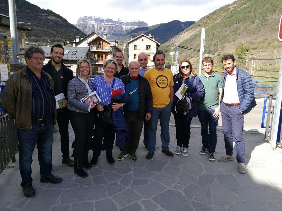 Foto de la visita que han realizado este domingo a Broto y Boltaña Begoña Nasarre, Rosa Serrano y Gonzalo Palacín.