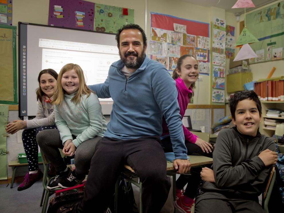 Juan Antonio Rodríguez rodeado de algunos de sus alumnos del colegio de Alpartir.