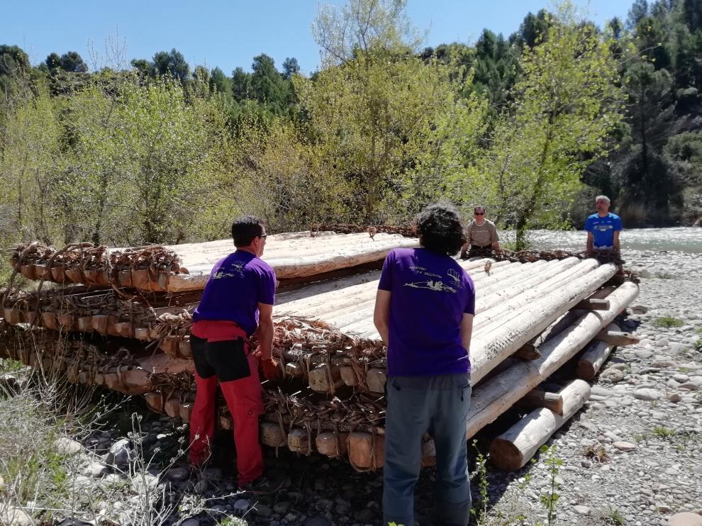 La madera ha sido transportada desde el ecomuseo de Biscarrués hasta la playa de Murillo.