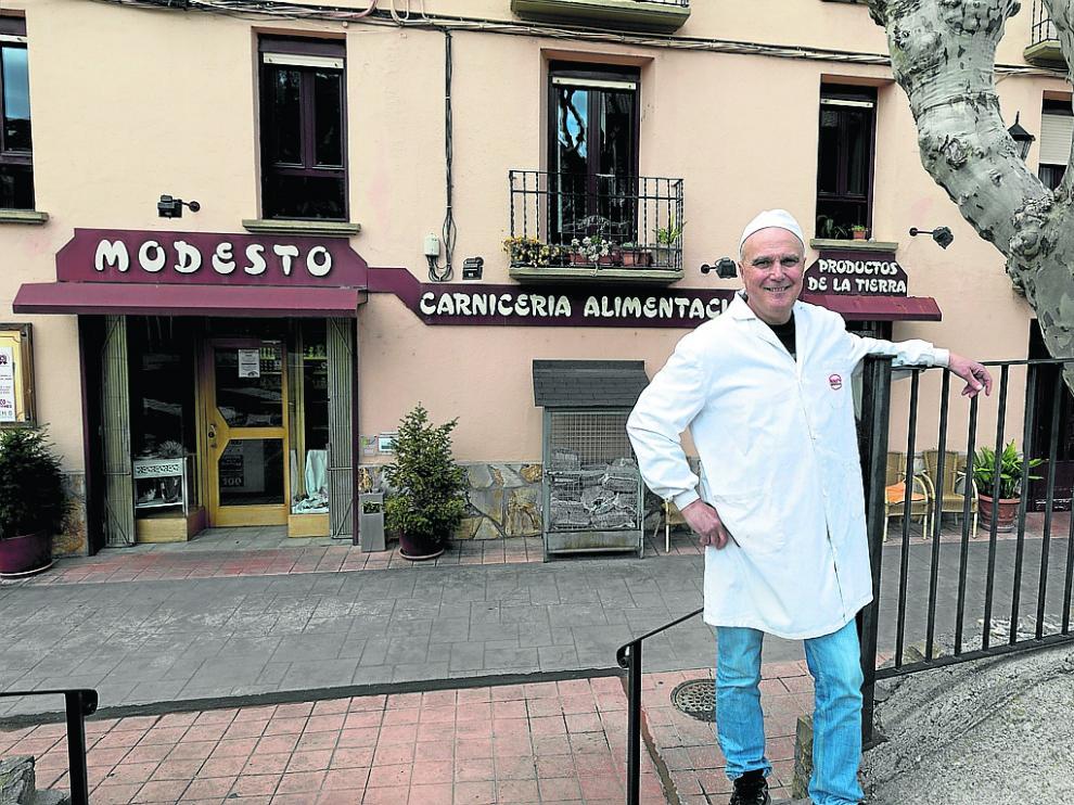 Modesto, el carnicero de Escalona, en su tienda / 8-4-19 / Foto Rafael Gobantes [[[FOTOGRAFOS]]]