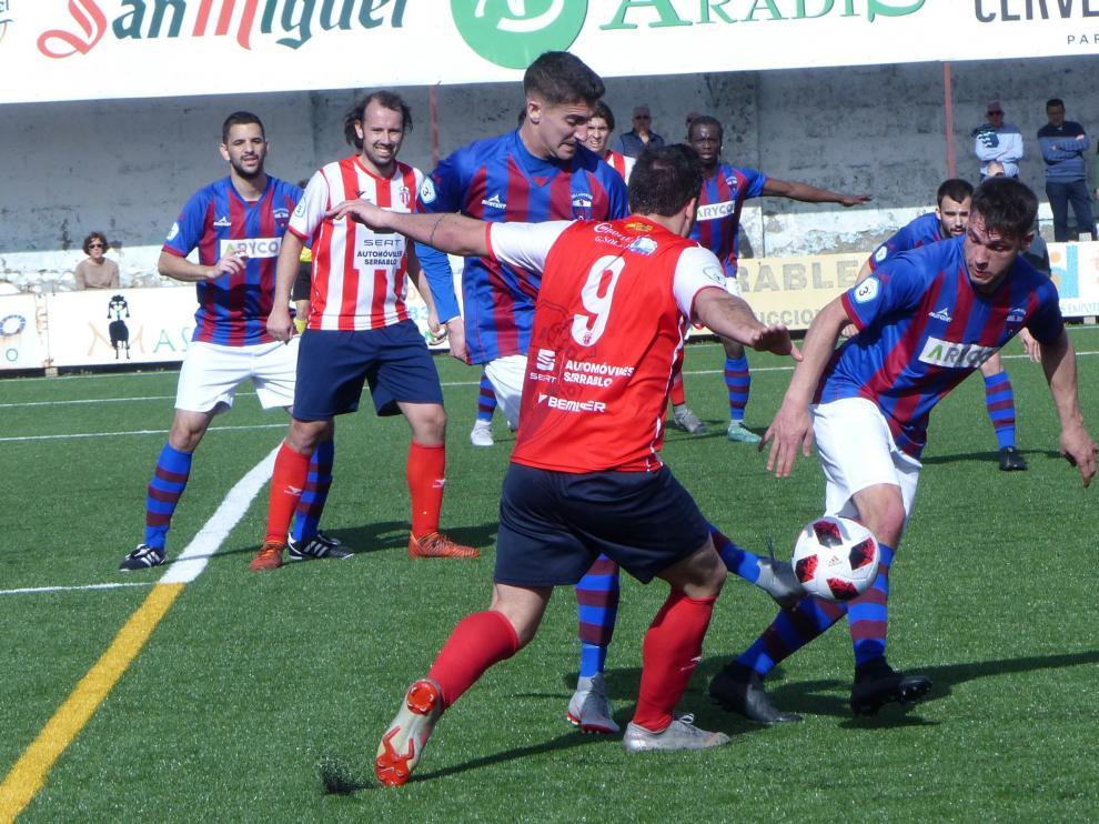 Un lance del partido entre el Sabiñánigo y Villanueva.