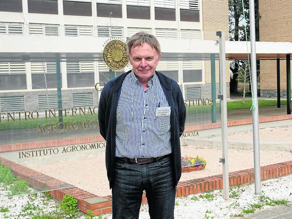 Daniel Berckmans, frente a la sede del Instituto Agronómico Mediterráneo de Zaragoza.