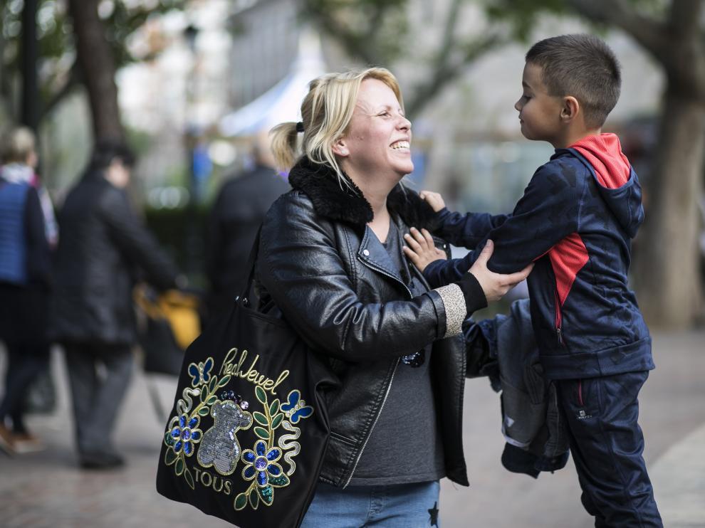 Jesica con su hijo Gabriel de 6 años, este lunes, en la plaza de Los Sitios de Zaragoza.