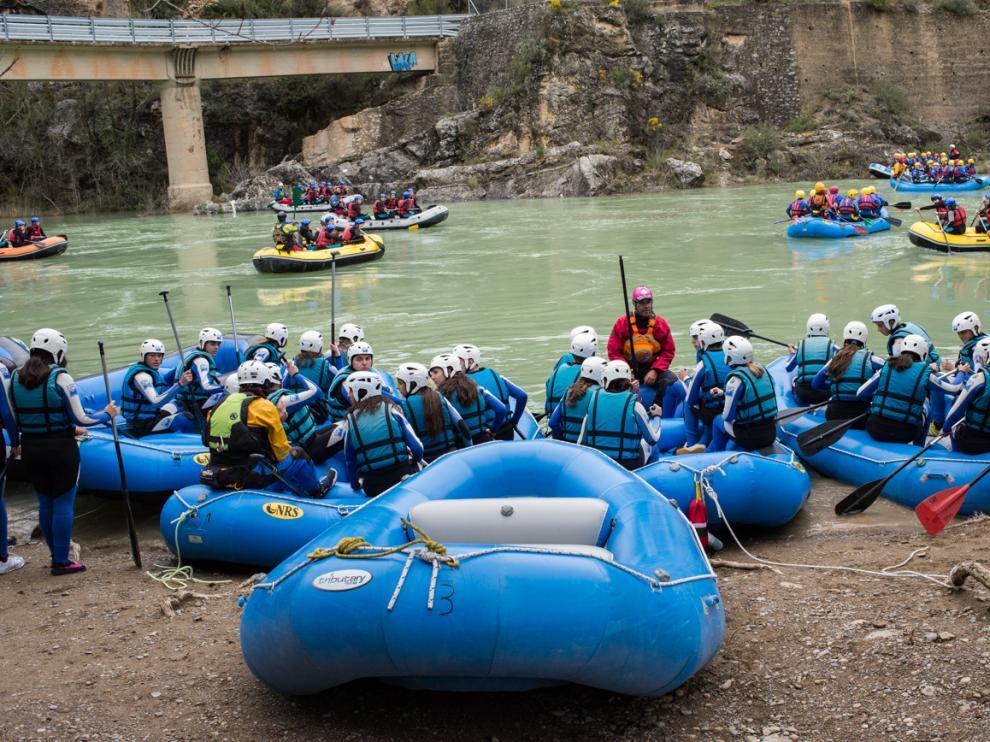 En los últimos días han disfrutado de las aguas bravas del Gállego muchos grupos de escolares de viajes de estudios.