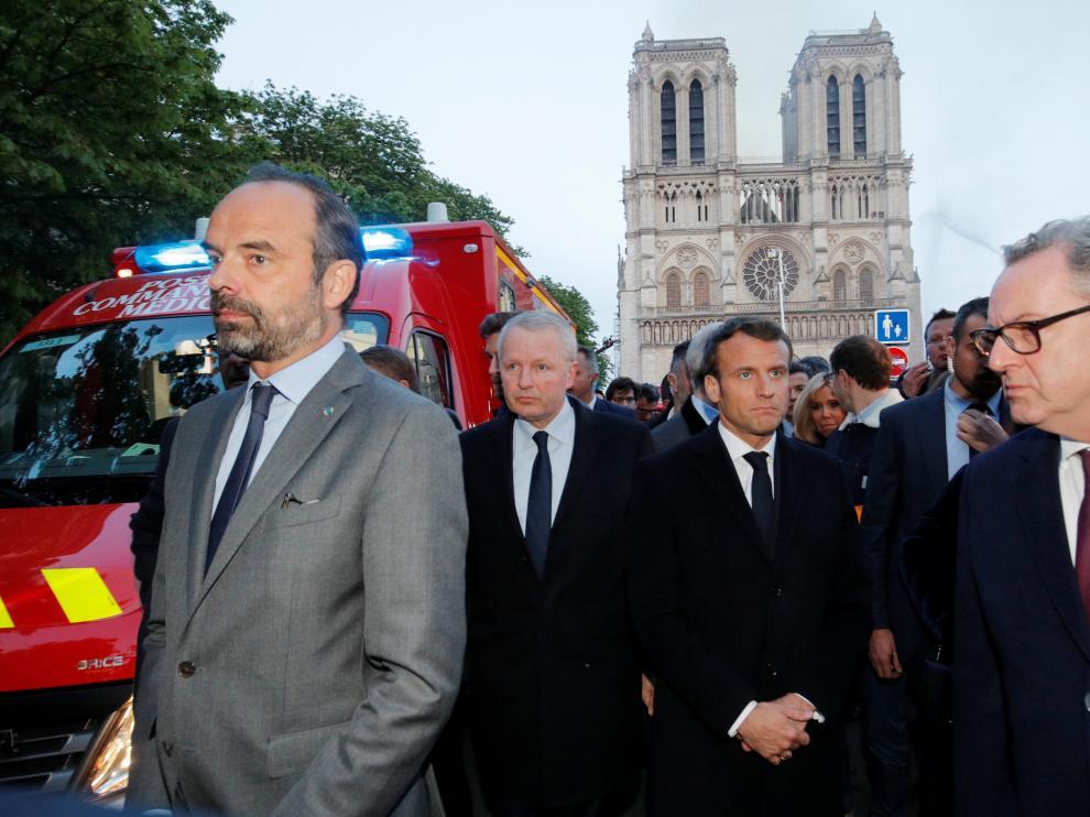El presidente francés, Emmanuel Macron, acude a Notre Dame para seguir las labores de extinción del incendio.