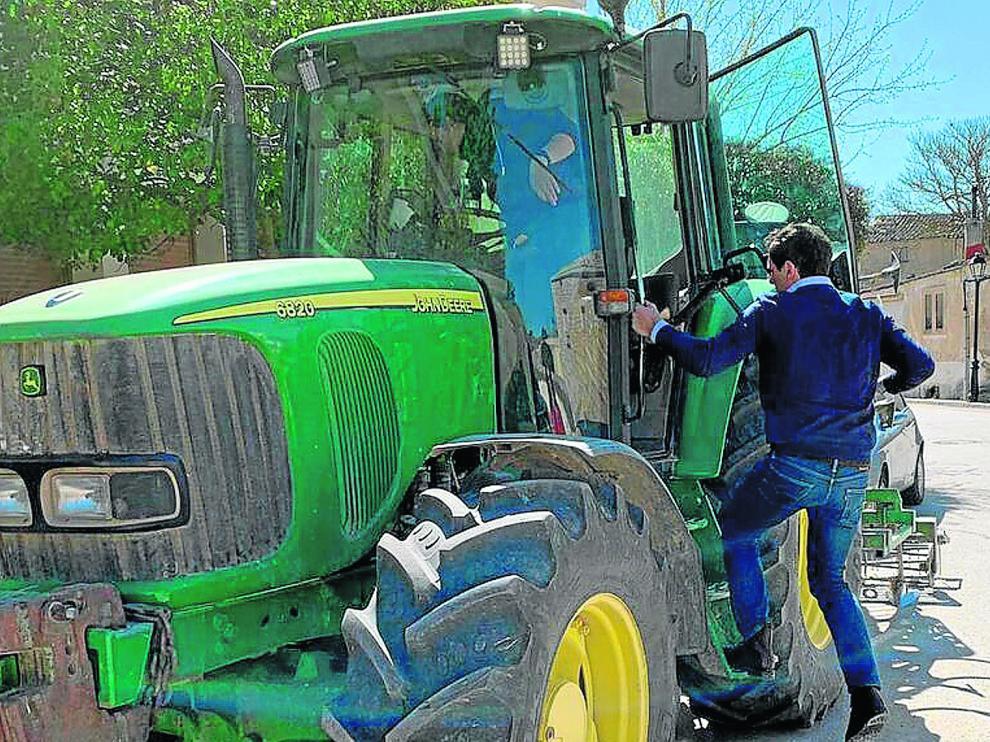 Albert Rivera, candidato a la presidencia del Gobierno por Ciudadanos, se sube en un tractor en la localidad de Sayatón (Guadalajara).
