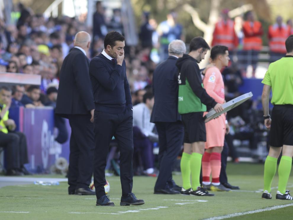 Francisco, técnico de la SD Huesca, pensativo durante el partido contra el Barça.