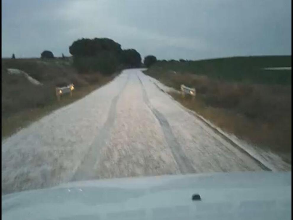 Imagen del granizo caído sobre la zona de monte de Senés de Alcubierre.