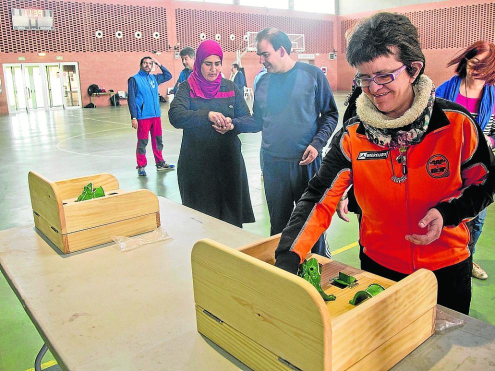 Los participantes en las jornadas pudieron probar distintos juegos tradicionales en el polideportivo.