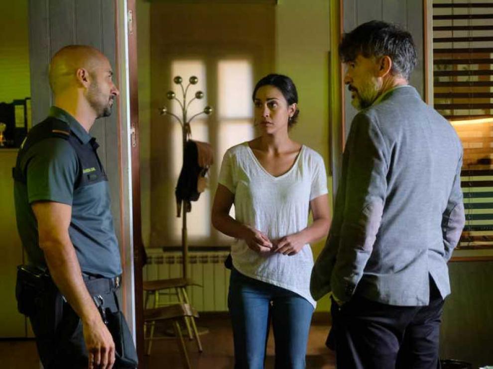 El teniente Baín y la sargento Campos hablan con el cabo Gamero.