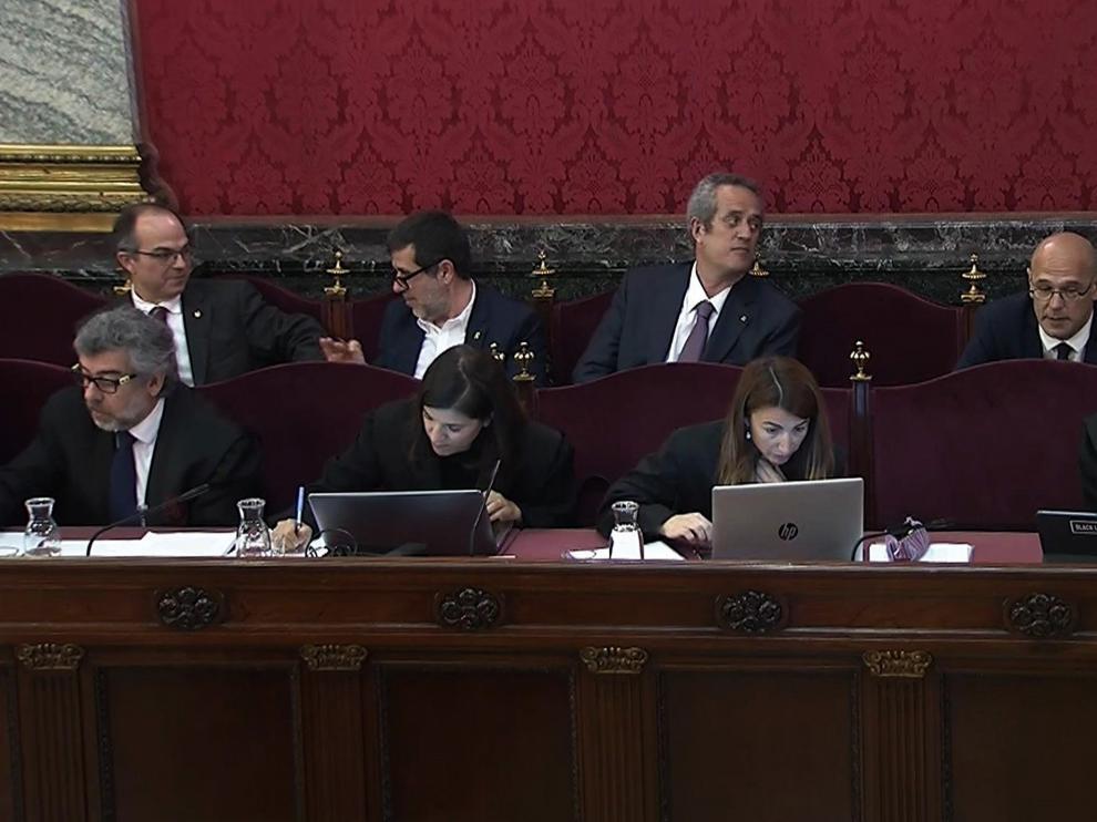 Oriol Junqueras, Jordi Sánche y otros líderes independentistas durante el juicio del 'procés' de este lunes.