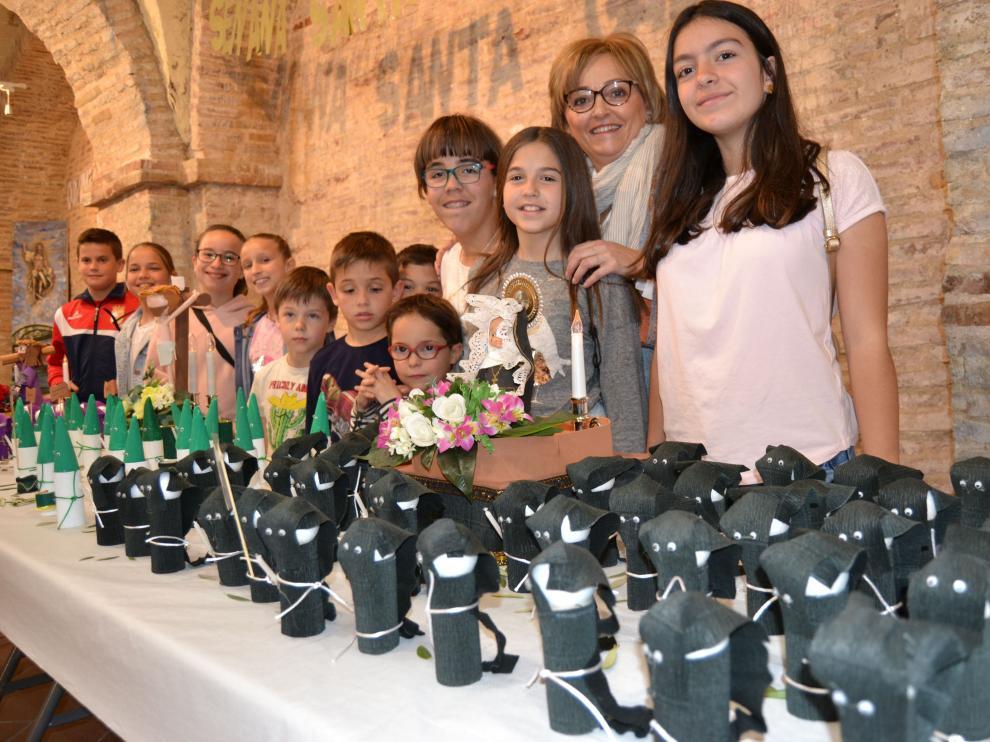 La profesora de Religión de la localidad, Marta Ansó, junto a algunos de sus alumnos, que son los autores de las miniaturas.
