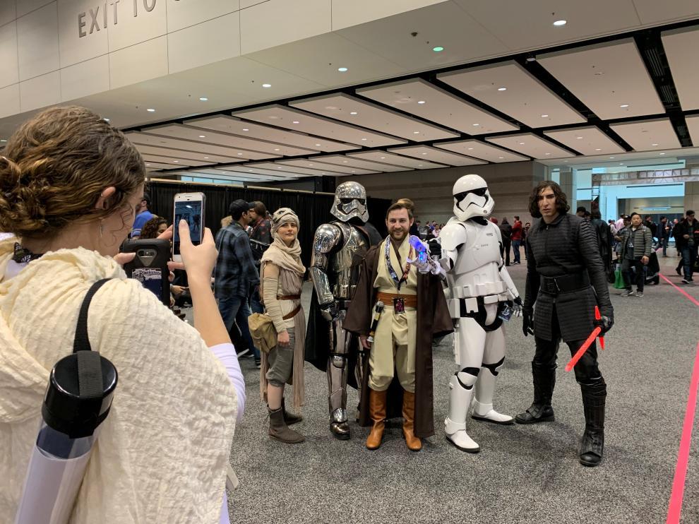 Asistentes a la Star Wars Celebration en medio de un posado.