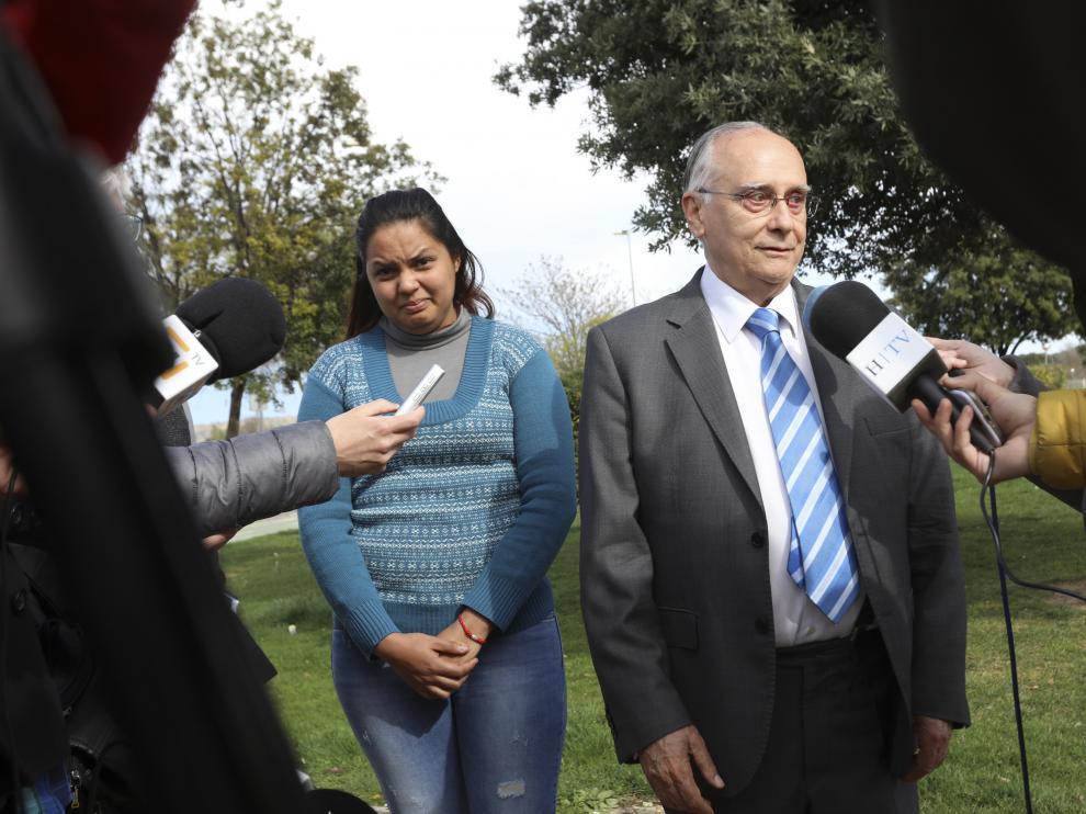 Mariela Benítez, madre de Naiara, junto a su abogado, Luis Marín.