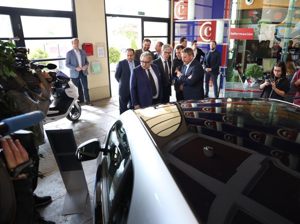 Las autoridades han observado distintos vehículos eléctricos a su llegada a la Cámara.