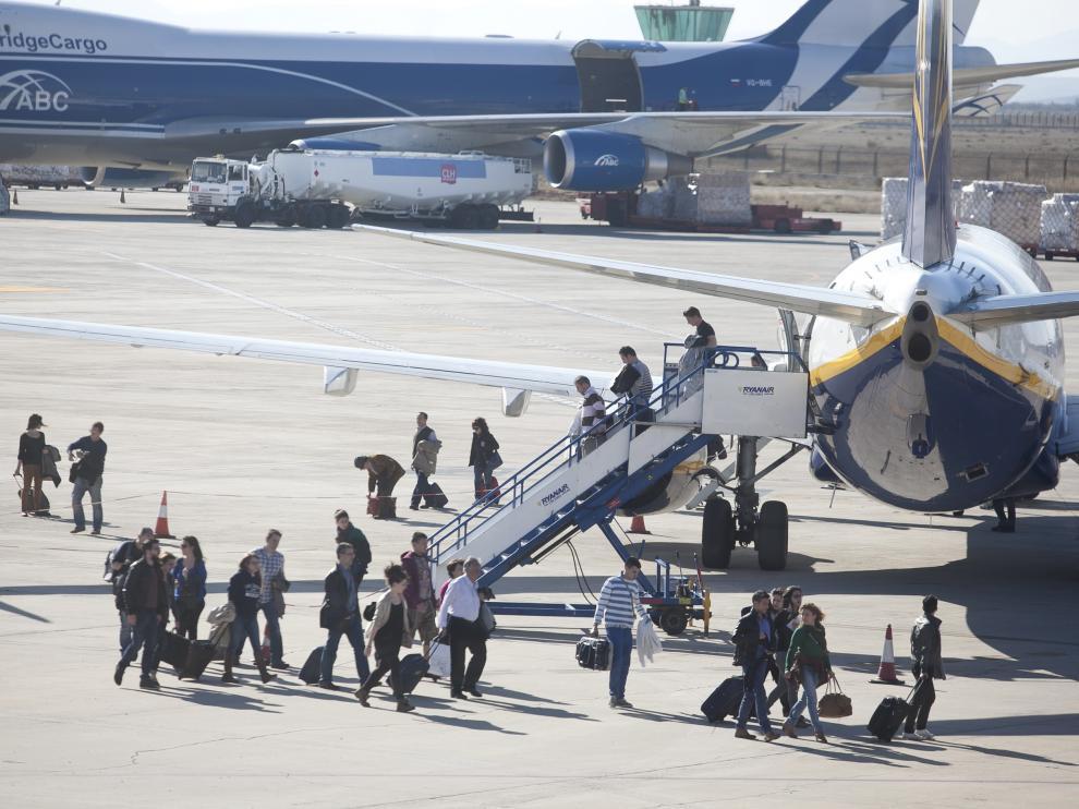 Pasajeros desembarcando en Zaragoza.