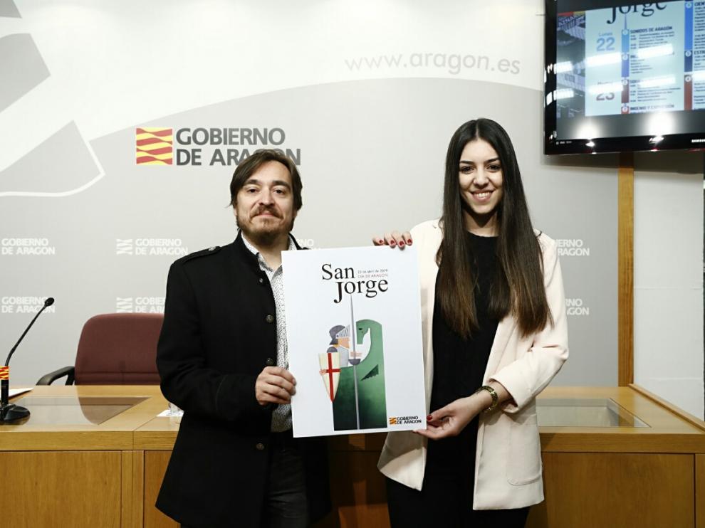 El director general de Cultura y Patrimonio, Nacho Escuín, con la autora del cartel ganador de este año de San Jorge, Natalia Castillo