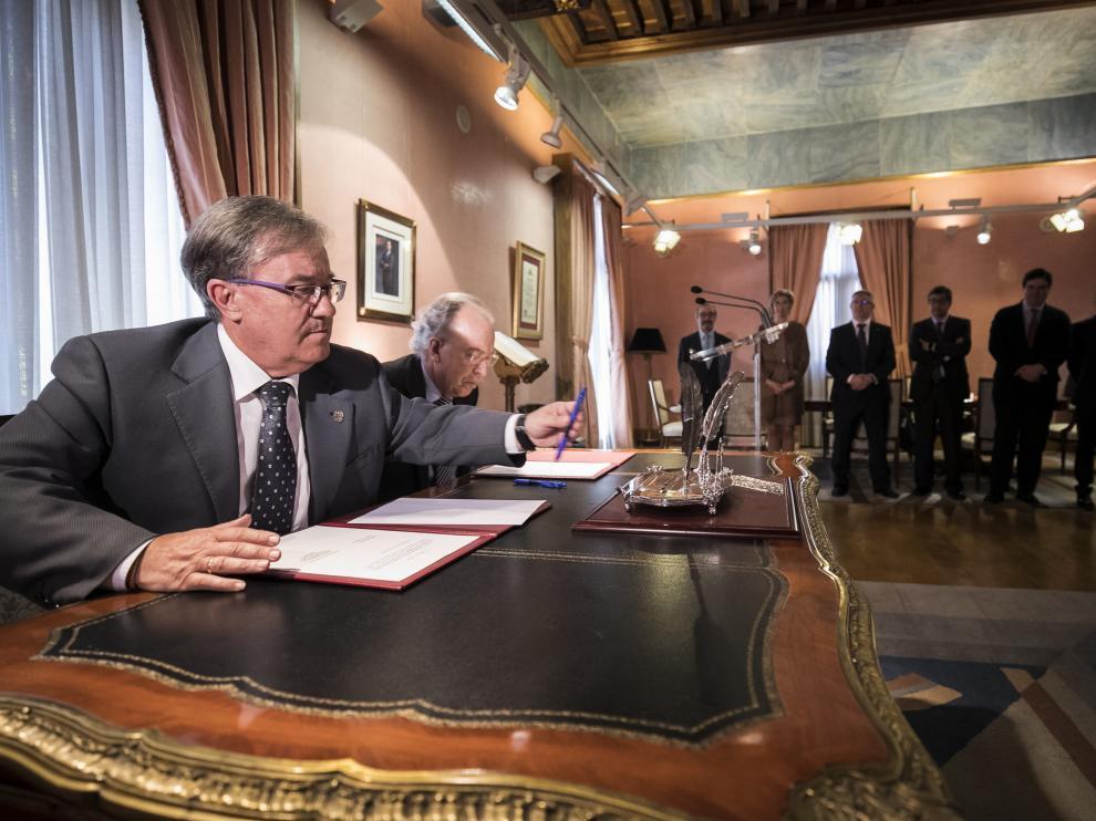 El Justicia de Aragón, Ángel Dolado, ha firmado este martes el indulto a un preso a petición de la Cofradía de la Piedad de Zaragoza por Semana Santa.