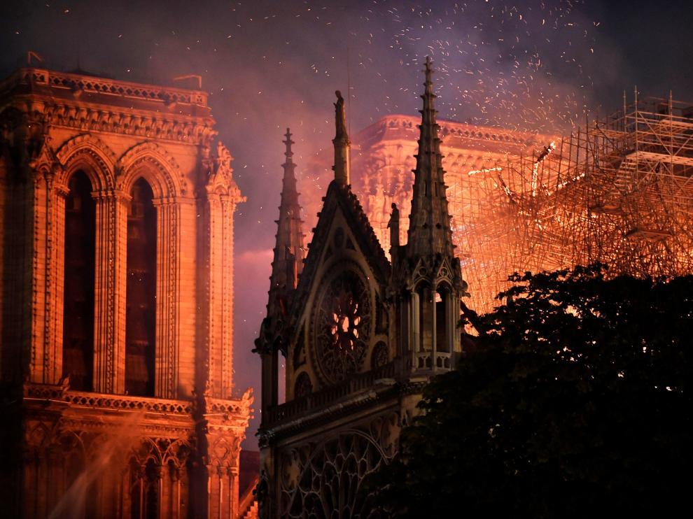La catedral de Notre Dame, presa de las llamas.
