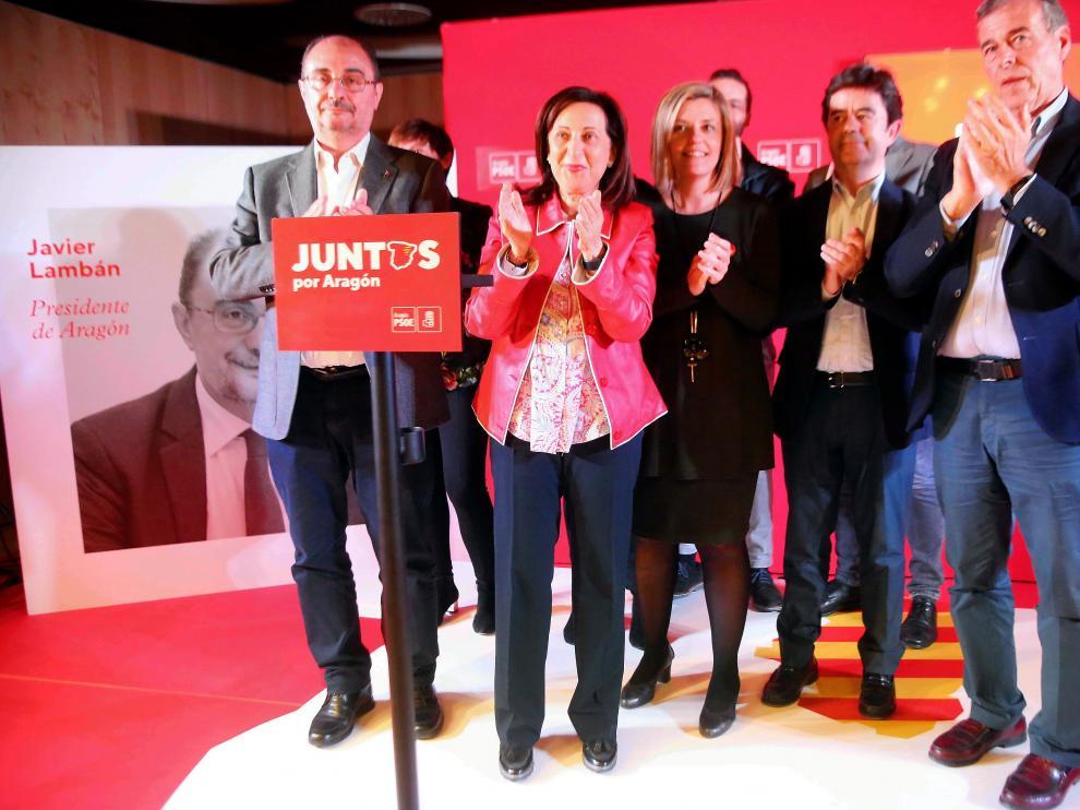 Margarita Robles, de rojo, rodeada de compañeros y candidatos del PSOE en Huesca