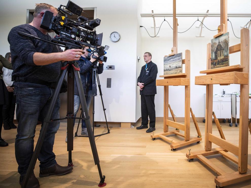 Las obras 'Vista del mar en Scheveningen' y 'Congregación dejando la iglesia reformada en Nuenen', de Van Gogh.