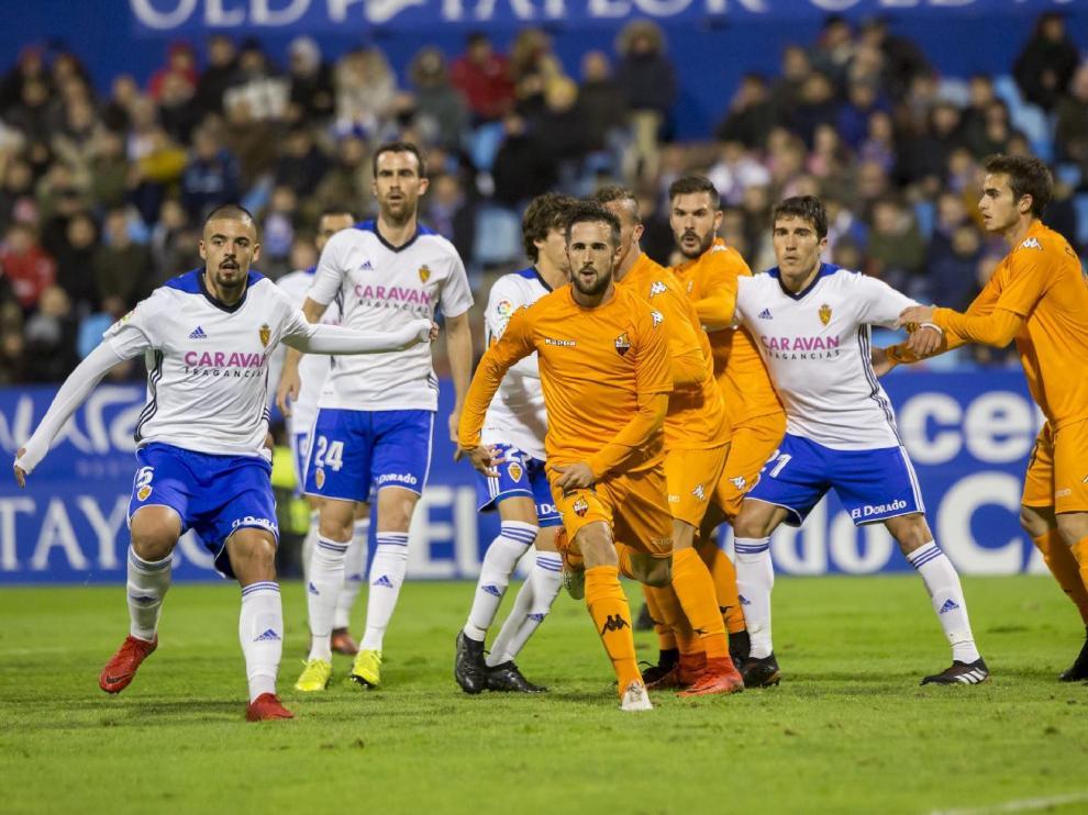 Jugada del partido Real Zaragoza-Reus del año pasado en La Romareda, que acabó 0-0 y que este curso no se jugará por eliminación del cuadro catalán por irregularidades societarias graves.