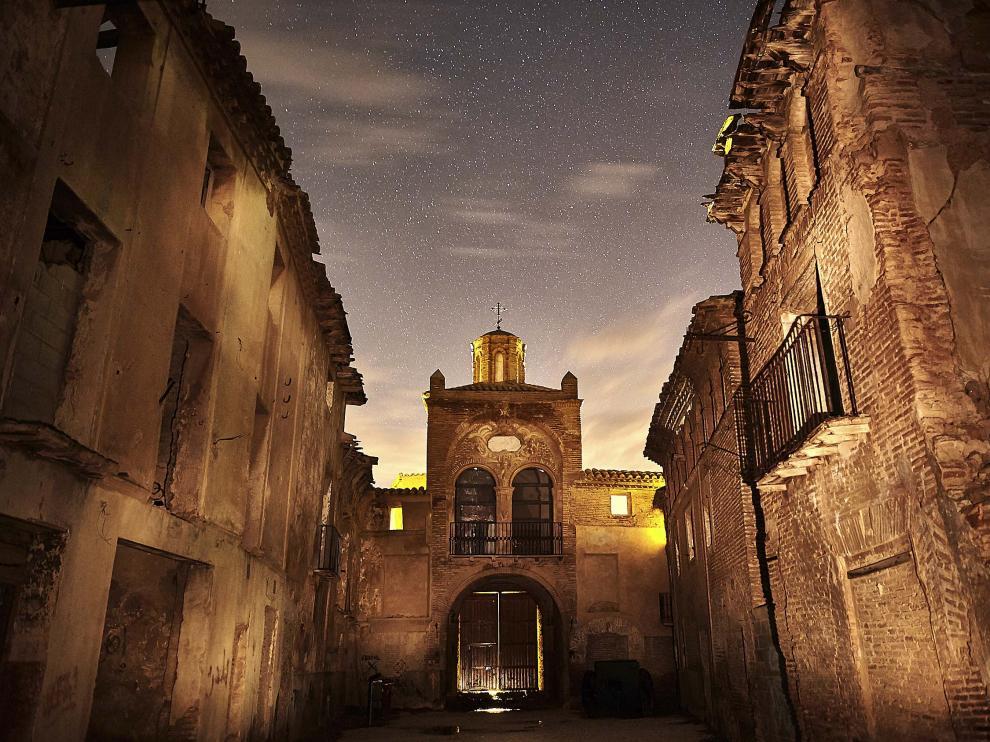 El Pueblo Viejo de Belchite puede recorrerse también en visita guiada nocturna. En la imagen, el Arco de la Villa.