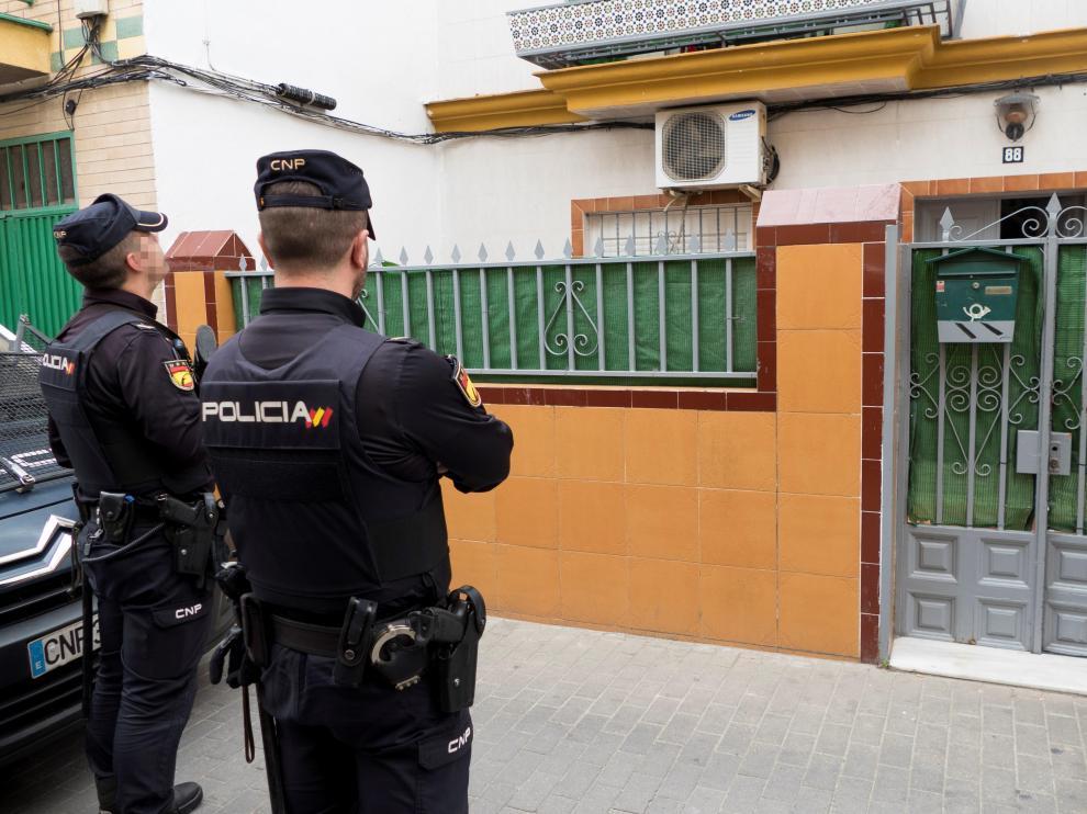 La policía registra el domicilio del presunto yihadista que pretendía atentar en Sevilla.