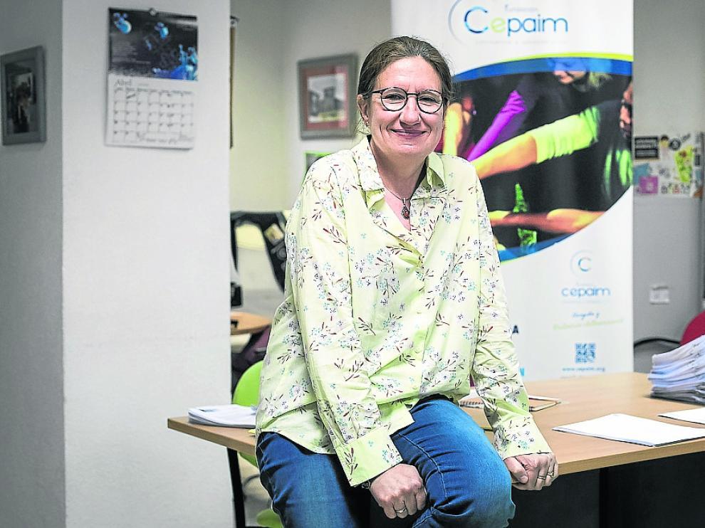 Pilar Bernado en las oficinas de la Fundación Cepaim en Zaragoza.