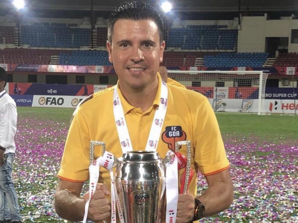 Sergio Lobera con el título de campeón de la 'hero Supercup'