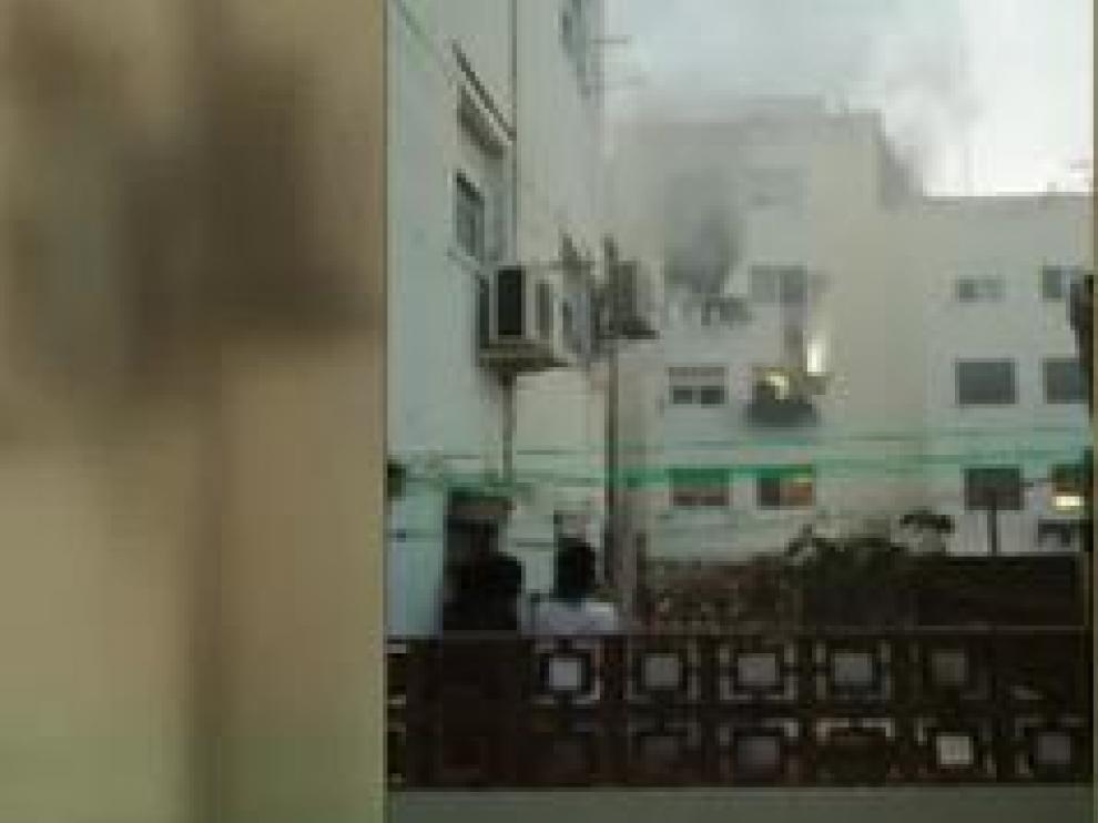 Muchos vieron cómo una vecina quedaba colgada en una ventana hasta que llegaron los bomberos