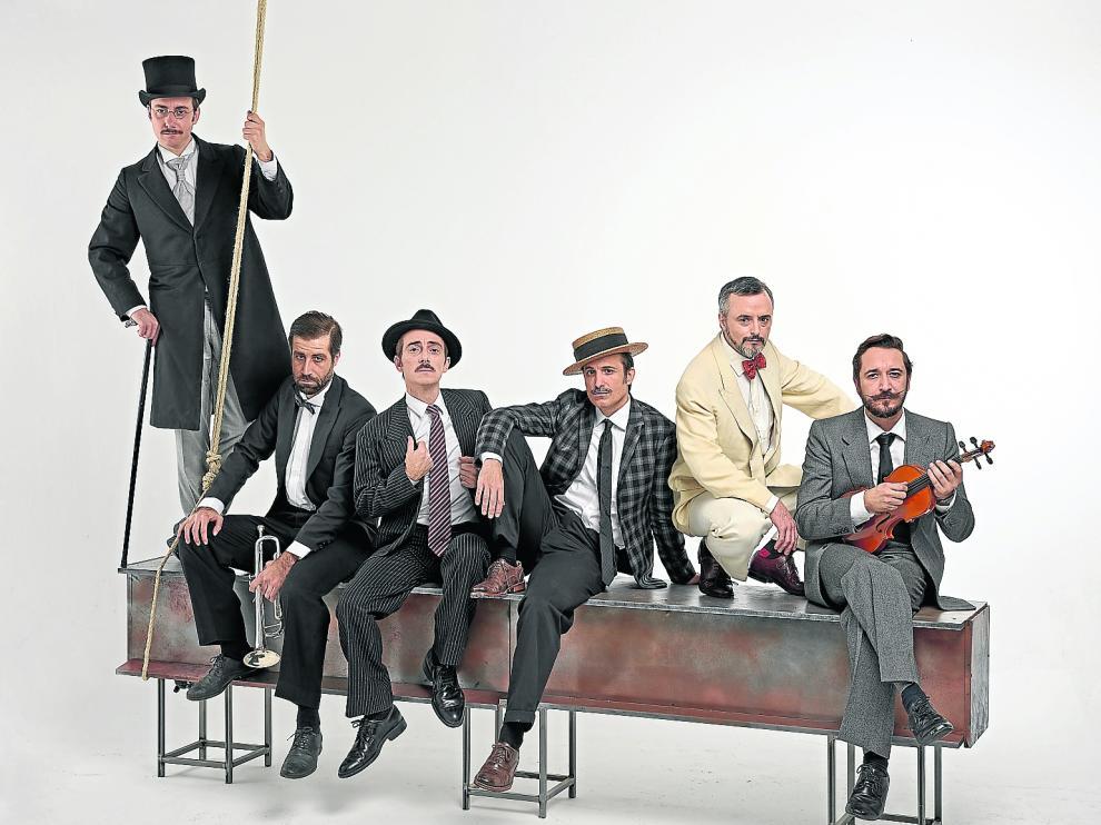 De izquierda a derecha, el elenco de 'Lehman Trilogy': Pepe Lorente, Leo Rivera, Víctor Clavijo, Aitor Beltrán, Darío Paso y Litus.