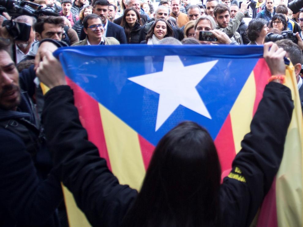 Inés Arrimadas en un acto electoral en Vic, donde ha sido increpada por independentistas.