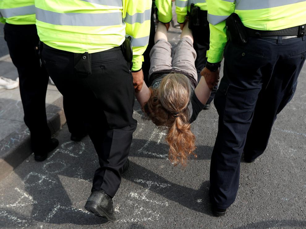 La policia se lleva detenida a una joven activista
