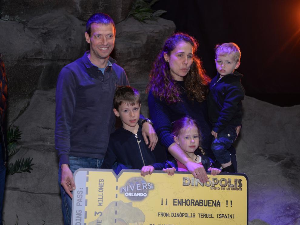 José Márquez, visitante tres millones de Dinópolis, con su familia.
