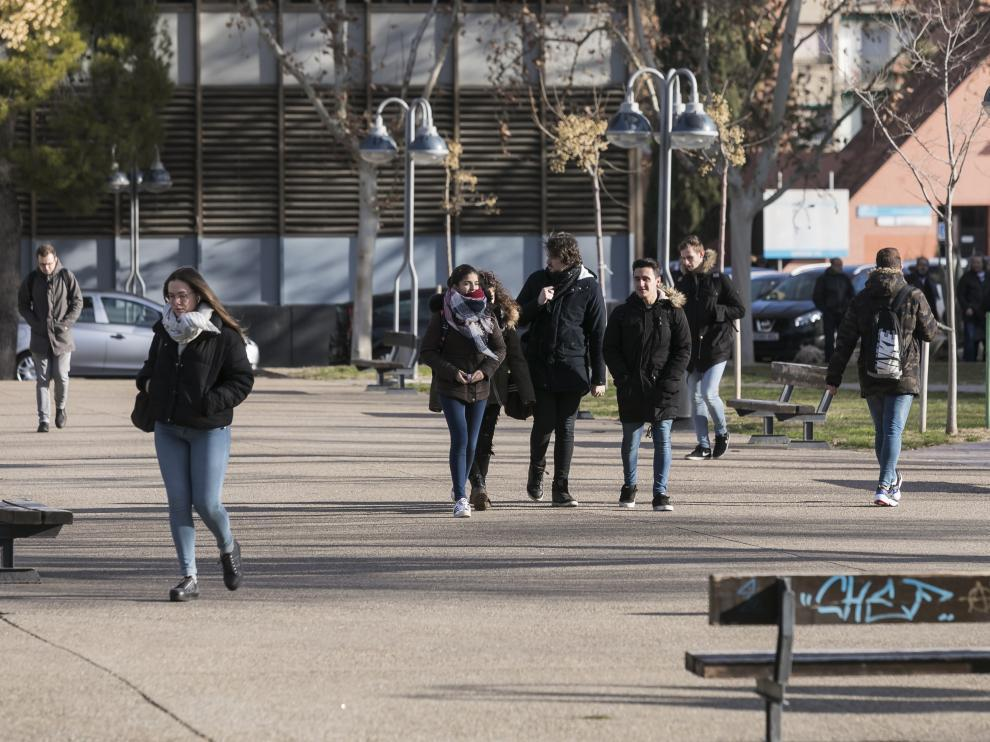 Jóvenes estudiantes pasean por el campus de la plaza de San Francisco en Zaragoza.