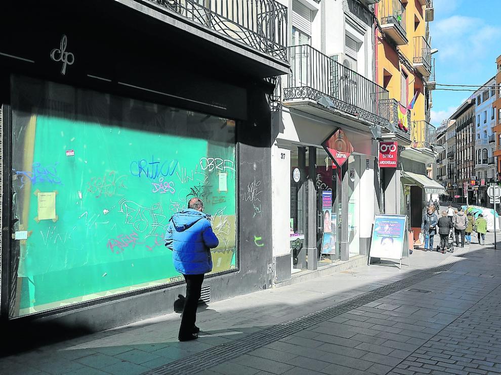 Uno de los locales comerciales cerrados en el Coso de Huesca, la calle principal de la ciudad.