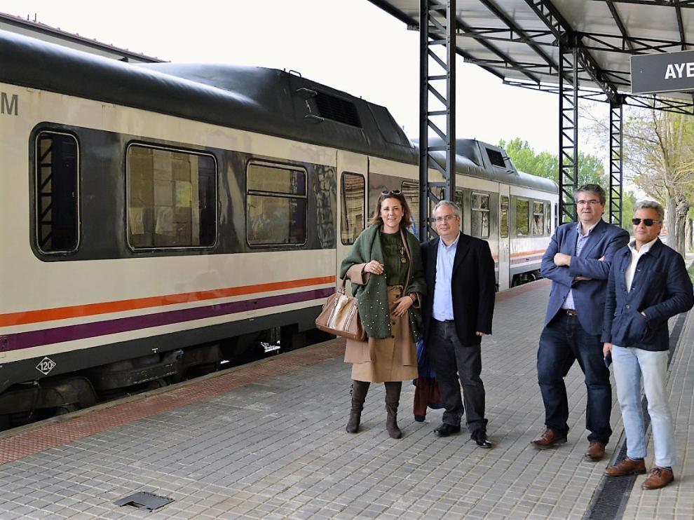 Lourdes Guillén junto a otros compañeros en la estación de Ayerbe.