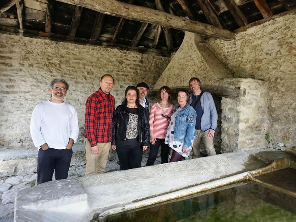 Representantes de la candidatura Unidas Podemos-Alto Aragón en Común en el lavadero de Sardas