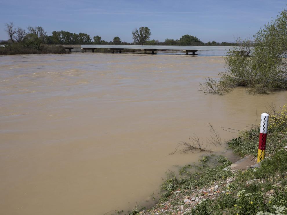 Uno de los hitos de la CHE que miden el nivel del río.