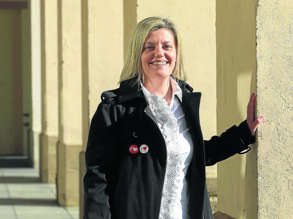 La número uno al Congreso del PSOE por Huesca, en los porches de la plaza López Allué.
