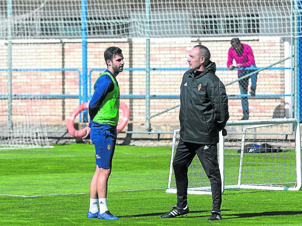 Víctor Fernández dialoga con Guitián en un entrenamiento del Real Zaragoza.