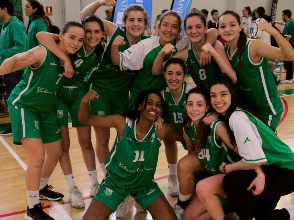 El equipo cadete del Stadium Casablanca, campeón del torneo HMY 2019, celebra su victoria en el polideportivo de El Olivar.