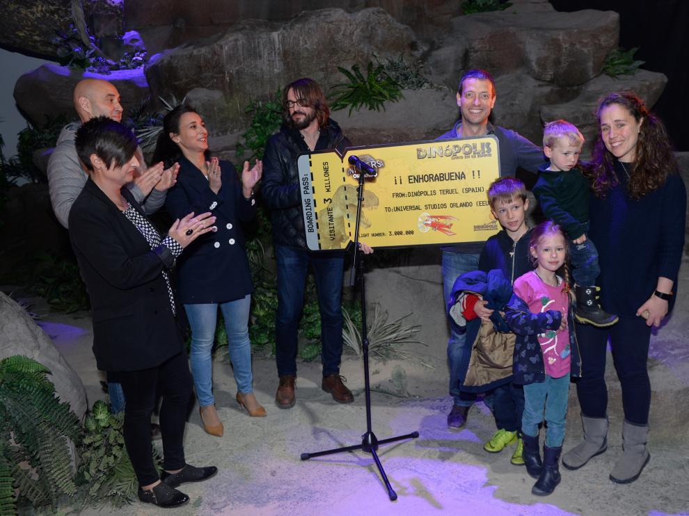 Entrega del premio al visitante número tres millones a Dinópolis.