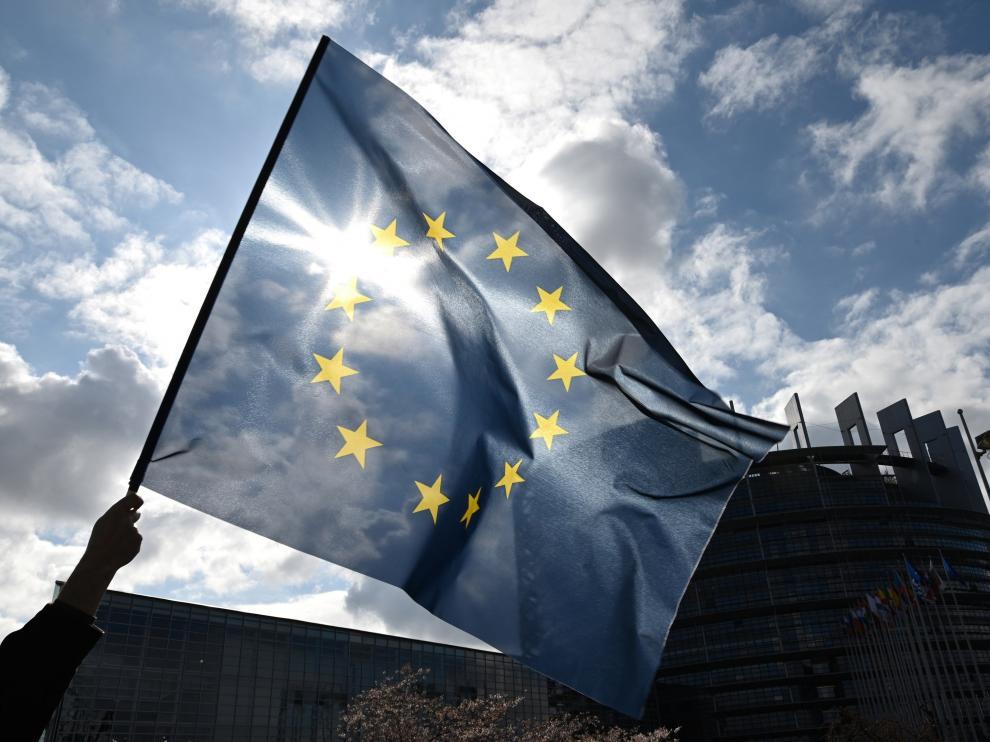Una bandera europea ondea ante la sede del Parlamento Europeo en Estrasburgo.